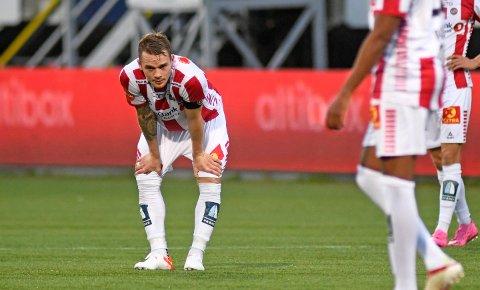 SKUFFET: TILs Kent-Are Antonsen depper for tap mot Bodø/Glimt på Alfheim Stadion. Supporterne er like skuffet.