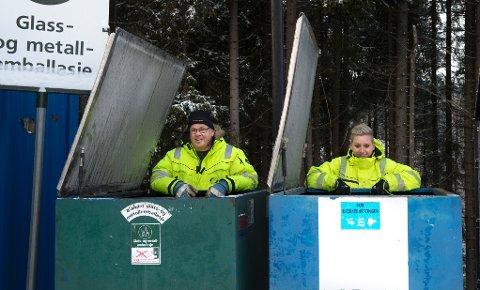 ENDRINGER:Neste år skal omtrent 32.000 husstander får dunk for glass/metall, opplyser Anne Gustavsen og Ola Meyer hos GLT i Dalborgmarka.