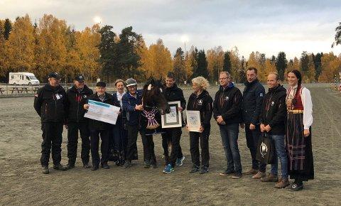 Premieutdeling til beste hoppe i Veikle Balders finaleutstillinge på Biri travbane; Ness Tjo Fryd.