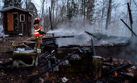 HYTTEBRANN: Den eldre, ubebodde hytta brant helt ned på kort tid. Den var ikke tilknyttet elektrisk strøm.