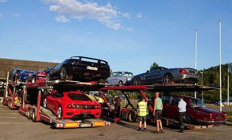 BESLAG: Totalt 13 biler ble beslaglagt hos TJ Auto.
