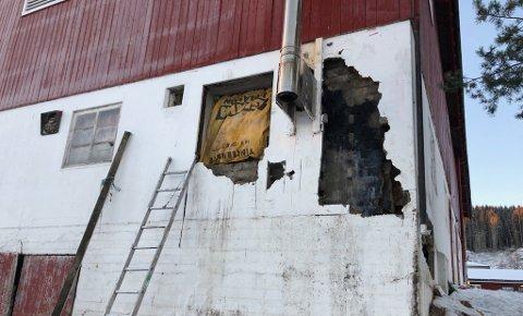OMFATTENDE: Brannvesenet måtte rive deler av murveggen, demontere pipa og ta ut vinduer.