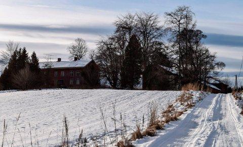HERMANRUD GÅRD:: – Vi føler oss kjempeheldige som endelig lyktes å få tilslaget på en gard som passer til våre ønsker og planer om å satse i landbruket, sier Mona Fosslien om hennes og samboer Tom Rune Tomters kjøp av Hermanrud gård på Kapp..