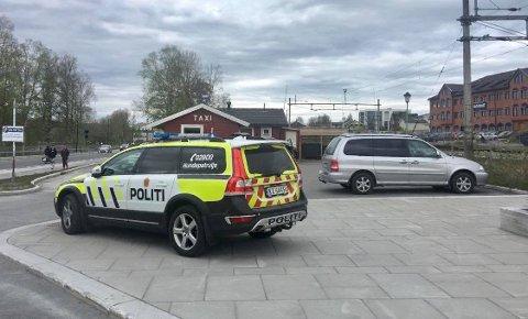 Politiet er på plass på Raufoss stasjon etter en slåsskamp.
