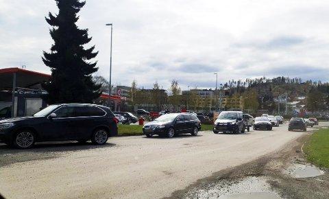 KØ TIL RUNDKJØRINGEN: Køen til Drive-Throughen til McDonalds stopper trafikken i rundkjøringen.