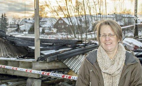 RUIN: Grete Patil i Ås Jente- og Guttekorps vil gjennomføre vårens loppemarked, tross brannen som rammet lageret deres 2. januar. Begge FOTO: BONSAK HAMMERAAS