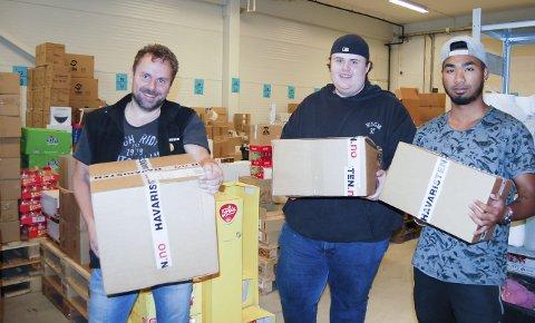 HAVARISTEN-PAKKE KLAR FOR SENDING: Nå jobbet det doble skift med pakking. Her er det butikksjef for nettbutikken, Kurt Wian (til venstre), Andreas Næss og Tipa Waichara som står på for å komme à jour med bestillingene.  ALLE FOTO: METTE KVITLE