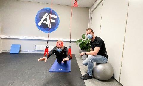 VIKTIG: Fysioterapeut Espen Calmeyer Hanssen brenner for bevegelsesglede. Her i Atlet Fysios avdeling i Drøbak sammen med Anikken Gjerde Alnæs, som er ansvarlig for sosiale medier i bedriften.