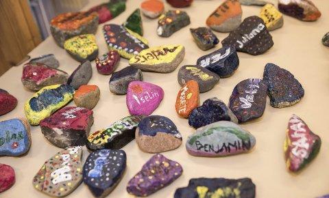 Formingsprosjekter: Her har alle skolens ansatte og elever skrevet navnene sine på steiner.