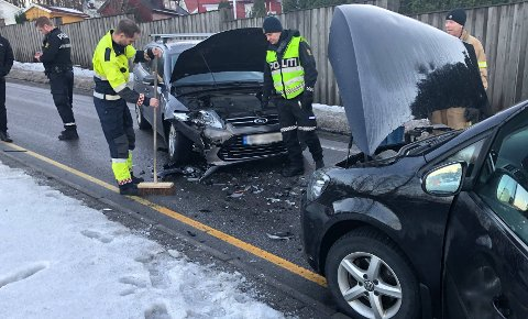 FRONTKOLLISJON: En bil havnet i feil kjørefelt tirsdag morgen, og krasjet i en motgående bil.