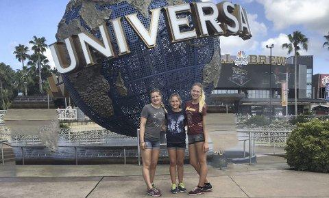 TURISTER: Her er Rena-jentene på Universal. Fra venstre Sigrid Øverby (15), Gina Halvorsen (13) og Ada Halvorsen (15). (Foto: Privat)