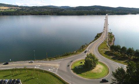 Innkortinger, optimerte traseer og høyere fartsgrenser vil gi betydelig reduksjon i reisetider påvestsiden av Mjøsa, men også til østsiden via ny Mjøsbru mener Nye Veier.