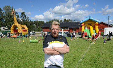 STOR AKTIVITET: Idrettslagets leder, Roy Erik Myrvang, kan fortelle om større aktivitet enn noen gang. I bakgrunnen lekeapparater og Idrettens Hus. Dette er bare en liten del av hele anlegget.