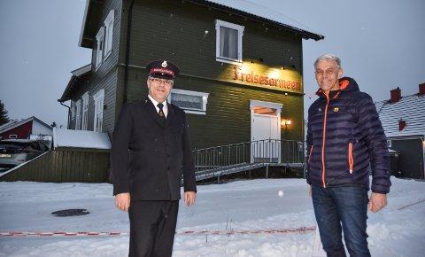 FIKK JULEGAVE: Frelsesarmeens Magne Berg (til venstre) setter stor pris på gaven fra Svein Tollersrud og Martin M. Bakken AS.