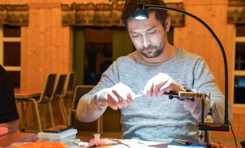 HÅNDVERK: Anders Nilssen bruker snaut 20 minutter på å lage ei god lakseflue.