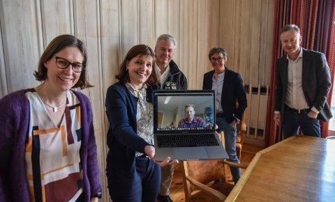 SAMLET I ELVERUM: Næringssjefene i regionen møttes mandag. Fra venstre: Marie B. Låte (Åmot), Tone Lien (Elverum), Jan Aage Røtnes (Engerdal), Bjørn Vegard Øiungen (Stor-Elvdal, deltok via Teams), Gro Svarstad (Trysil) og Arild Lande (Våler).