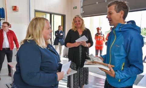 SKRINLEGGER TILSVING: Samferdselsminister Knut Arild Hareide (KrF) skrinlegger tilsvingen i Elverum og elektrifiseringen Hamar-Elverum-Kongsvinger. Elverum-ordfører Lillian Skjærvik (Ap), i midten, reagerer sterkt. Til venstre Løten-ordfører Marte Larsen Tønseth (Sp).