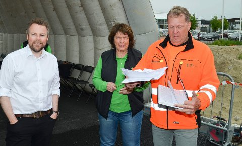EIER FIRMAET: Mari Kramprud Arnesen og Trond Jørgen Arnesen, her sammen med næringsminister Torbjørn Røe Isaksen (H), eier bedriften Anleggsgartner Arnesen AS gjennom selskapet TROMA Holding AS.