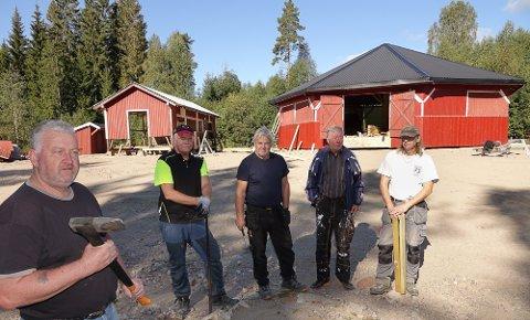 STÅR PÅ: Her er fire av de ivrigste ildsjelene på dugnad. Fra venstre Pål Eriksmoen, Per Ivar Keiserud, Jan Ove Toverud, leder i idrettslag Arne Granvoll og Rune Myrvold.
