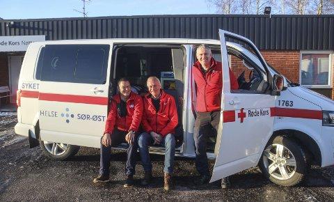 REKRUTTERER: Egill Elvestad (korpsleder i Tjøme Røde Kors), Harald Haslum (leder av Røde Kors Nøtterøy) og Ola Aas Løwer (leder av «Hvite biler») ønsker seg flere frivillige til å kjøre «hvite biler» i 2019.