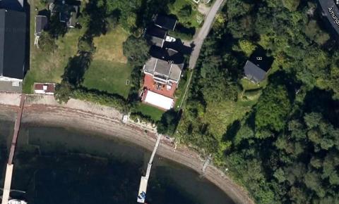 Huset markert med 131 har søkt dispensasjon for en ny støttemur. Muren vil ligge mellom stranden og eiendommen.