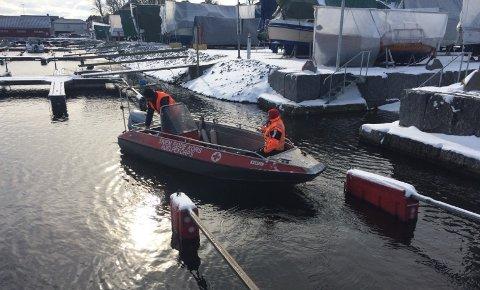 Røde Kors-båt startet søk ved Stoa i Langesund, nær ferjeleiet.