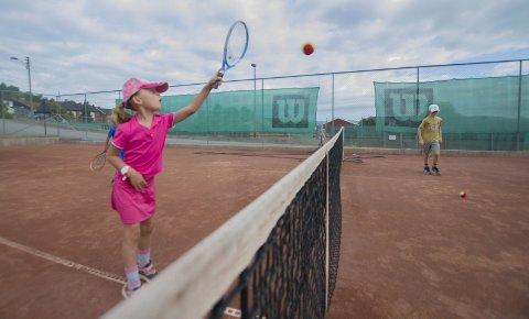 Bratt læringskurve: Ella Carnel og de andre deltagerne på Porsgrunn Tennisleir viser frem hva de har lært seg på sommerleiren.  FOTO: THOMAS FURUHEIM
