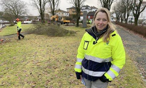 PARKEN BLIR HELT ANNERLEDES: Kommunegartner Unni Lyngmyr i parken på Stathelle. Entreprenøren er i full gang med å felle alle de store trærne, og å bygge om parken fra topp til tå. Hun håper den nye parken skal stå ferdig til 17. mai.