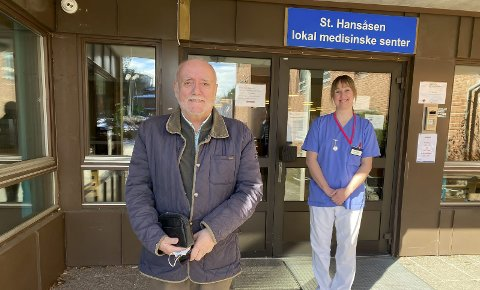 TAKKNEMLIGE: Sykepleier på lindrende enhet, Marit Dahl Søfting, forteller at avdelingen er veldig takknemlige på pasientenes vegne. Erik Bystrøm er glad for å kunne hjelpe på vegne av Lions.