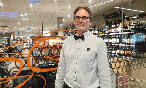 GÅR SÅ DET SUSER: Nestleder på Vinmonopolet Down Town, Inge Sandbugt. er fornøyd med salgstallene det siste halvåret.
