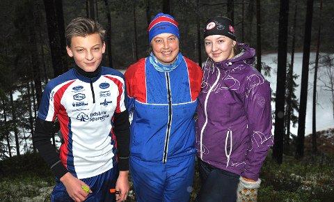 STAS: - Det er stas å løpe orienteringsløp andre juledag sammen med barna, sier Ann Helen Aabogen Haugaard med Peder og Ida på hver sin side. BEGGE FOTO: JO ERIK ASKERØI