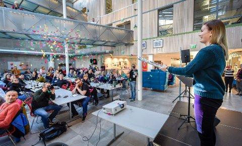 Studentleder og gründer Evita Bakken Sandvær åpnet Gründeruka med et smell og konfettidryss.