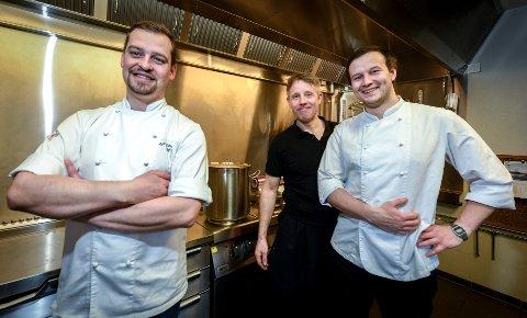Daglig leder Anders Edvardsen i Stenneset Mat og Vin og ved Osteria Kreo er oppgitt over nye nasjonale koronaregler, som ødelegger for restaurantnæringen. Her samme med medeierne Ton Van Haasterecht og Oddgeir Sørensen.