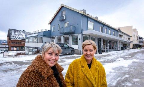Lone Thrane (f.v) og Bente Skivik, har kjøpt Toklegården sammen med sine ektemenn. Nøklene overtar de 1. juni.