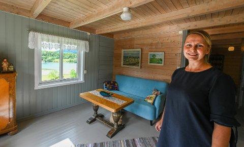 Bestemorstua: Edel Kristin Brendberg leier ut «Bestemorstua» på gården i Straumen. Her finner man roen, sier hun.