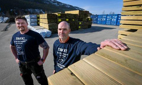Det er mangel på trevirke og materialer på OBS bygg, forteller Morten Klæboe og Tore Thomassen.