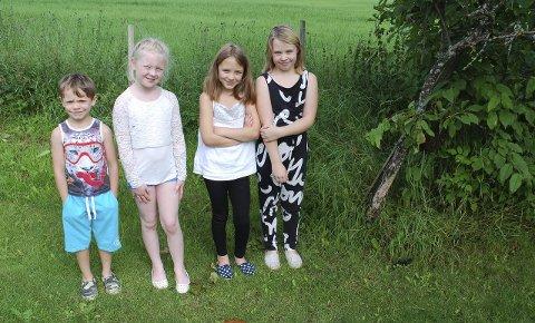 Ikke redde: Leander (6), Emma (8), Alexandra (9) og Charlotte (9) sier de ikke er redde for biene, som har slått seg ned i det lille epletreet til høyre. Men nå har mamma bestemt at de skal bort. alle foto: Thomas strandby