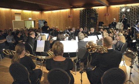 Jubileum: Under ledelse av Andres Halla tok Lismarka Mesnali Brass publikum med på en musikalsk reise gjennom 120 års korpshistorie. Foto: IVAR BAE