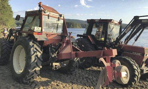 15 kubikk: Badegjestene ble glade da traktorer inntok stranda med ny sand.