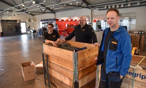 HER BLIR DET BUTIKK: Lone Berntsen (fra venstre), Øyvind Jørgensen og Thomas Rusten klargjør den nye Lunna-butikken i Elverum.