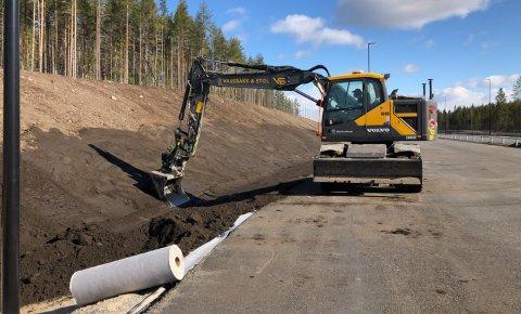 SISTE FINPUSS: Her pusses grøftekanter på nye riksveg 3/25 ved Smedbakken faunapassasje i Løten.