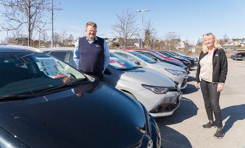 STÅR UTE: 120 bruktbiler er nå satt ut, og man har laget «handlegate» og drive-in-bilbutikk.  Erlend Karsrud og Inger Lise Monsbakken håper folk går innom bilhandleren i påsken.