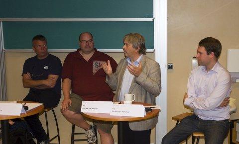 Ordfører Kjell B. Hansen (Ap) gestikulerer mens Dag E. Henaug (H), Axel Sjøberg (SV) og Magnus Herstad (Frp) følger med.