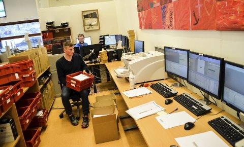 Finn Olav Ulvund og Tom Bentzen (bak) skal bidra til digitaliseringen av gamle tingrettsdokumenter.