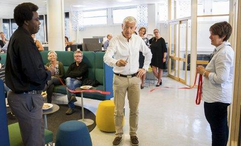 Rådmann Tore Isaksen fikk æren av å åpne ny flyktningavdeling i Ringerike. Snora holdes av Peter Ndichu Muriuki og Marianne Lien.