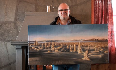 Maleri: Bjørn Oset er veldig fornøyd med hvordan kunstmaler Mr. Pun har gjengitt hans motiver fra Vikerfjell