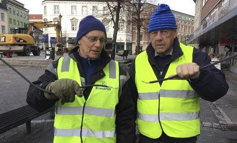 Unødvendig hærverk: Ingebrigt Rygg og Jens Petter Kristoffersen med hver sin løse ledingsstump. Foto: Privat