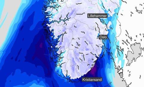 I GRENSELAND: De hvite feltene på kartet viser hvor det kommer snø, mens det blå viser hvor det blir regn.