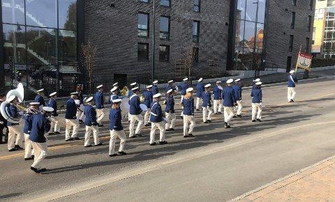1.MAI: Hønefoss ungdomskorps marsjerte forbi Ringerikes Blads lokaler onsdag morgen.