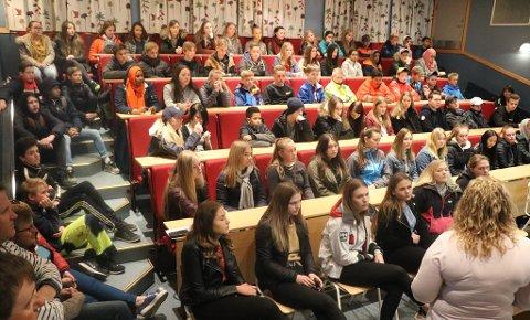 To-DAGERS HOSPITERING: Tirsdag morgen ønsker rektor Anne Grethe Tho velkommen til en stor flokk spente 9. klassinger, nærmere 100 i tallet, som fikk sitt første møte med Rjukan videregående skole.